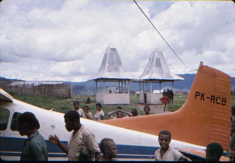 BD/37/48 - De vliegstrip in Moanemani