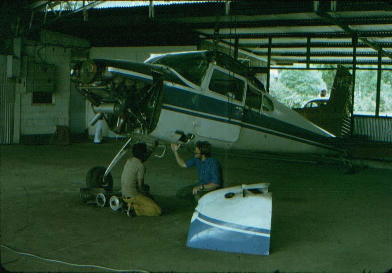BD/37/68 - Motorreparatie onder leiding van een Amerikaanse piloot, Tom Benoit