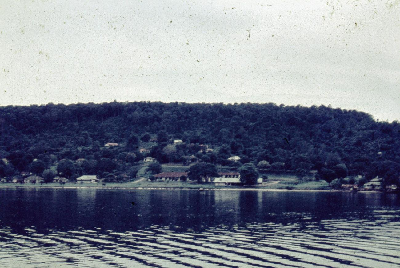 BD/66/231 - Bebouwing aan kust meer